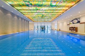 Der Swimmingpool an oder in der Nähe von Maritim Hotel Bremen