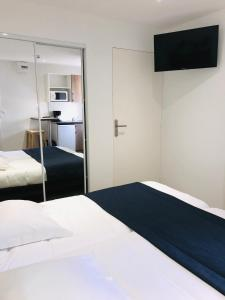 A bed or beds in a room at Hippotel