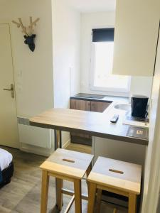 A kitchen or kitchenette at Hippotel