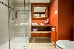 A bathroom at Hotel Universel Montréal