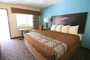 A bed or beds in a room at Blue Ridge Inn