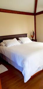 Een bed of bedden in een kamer bij Lemu Lodge Vaihu