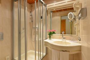 A bathroom at City Partner Hotel Holländer Hof