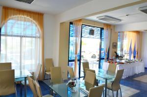 Ресторант или друго място за хранене в Хотел Калипсо Блу