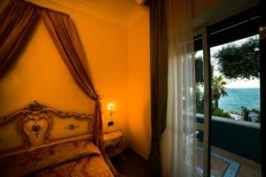 A bed or beds in a room at Grande Albergo Miramare