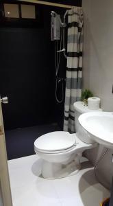 A bathroom at Casita Isla Beach Inn
