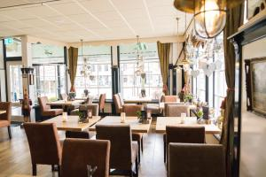 A restaurant or other place to eat at Hotel de Gulden Leeuw