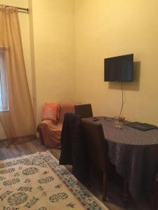 Uma TV ou centro de entretenimento em Nizami street 95
