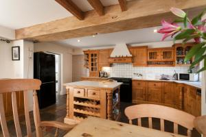 A kitchen or kitchenette at Quorn Farmhouse