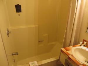 Un baño de Saddle West Casino Hotel