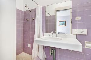 A bathroom at Gateshead Tavern & Motel