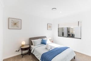 A bed or beds in a room at HomePlus-Luxury Waterfront Dream Holiday House