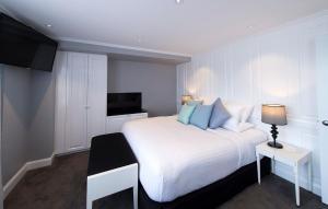 Ein Bett oder Betten in einem Zimmer der Unterkunft Canberra Rex Hotel
