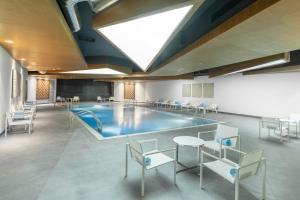 المسبح في Radisson Blu Hotel & Residence, Riyadh Diplomatic Quarter أو بالجوار