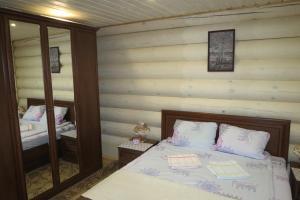 Кровать или кровати в номере Gostevye Komnaty Pskovskaya 4A