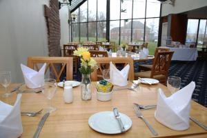 A restaurant or other place to eat at Hermitage Park Hotel