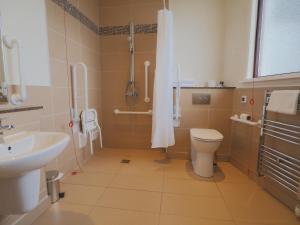 A bathroom at Caladh Inn