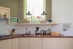 A kitchen or kitchenette at De Windketel