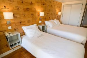 A bed or beds in a room at Decanting Porto House