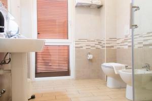 A bathroom at Hotel Rossovino Como