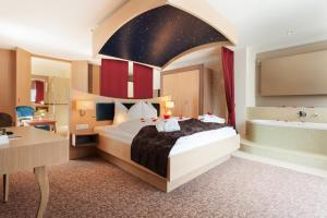 A bed or beds in a room at Villa Ludwig Suite Hotel / Chalet