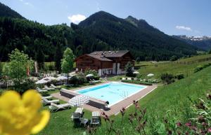 A view of the pool at Familienhotel Lengauer Hof or nearby
