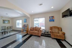 A seating area at Motel 6-Rhome, TX