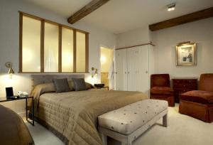 A bed or beds in a room at The Bull and Townhouse - Beaumaris