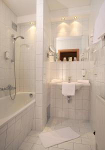A bathroom at Familienhotel Lengauer Hof