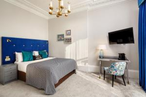 A bed or beds in a room at Mercure Brighton Seafront Hotel
