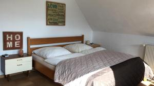 A bed or beds in a room at Heidrun's Home