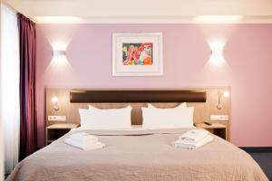 A bed or beds in a room at Hotel Nikolai Residence