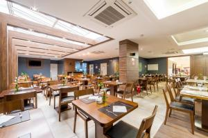 A restaurant or other place to eat at Hotel Laghetto Viverone Bento