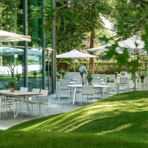 A restaurant or other place to eat at The Fontenay