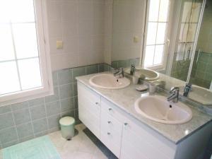 A bathroom at Château Guibeau