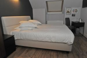 A bed or beds in a room at Hotel Palace