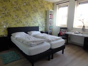 A bed or beds in a room at B&B De Domburcht