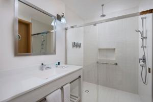 A bathroom at Four Points by Sheraton Cancun Centro
