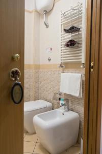 A bathroom at Campi Flegrei House