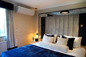 A bed or beds in a room at Denham Grove