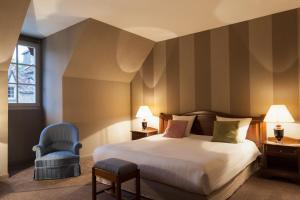Un ou plusieurs lits dans un hébergement de l'établissement Château de Bournel, The Originals Relais (Relais du Silence)