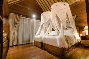 A bed or beds in a room at Mamamia Island Villa
