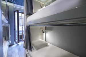 Ein Etagenbett oder Etagenbetten in einem Zimmer der Unterkunft Stay Inn Taksim Hostel