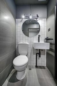 A bathroom at CBD Motor Inn
