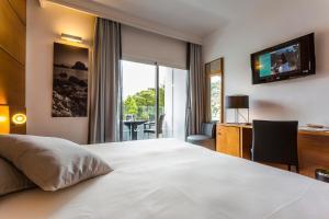 Een bed of bedden in een kamer bij Palladium Hotel Cala Llonga - Adults Only