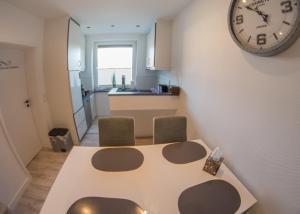 A kitchen or kitchenette at Hotel Gasthof Zur Post