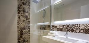 A bathroom at Golden Tulip Troyes