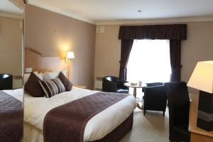 A bed or beds in a room at Best Western Widnes Halton Everglades Park Hotel