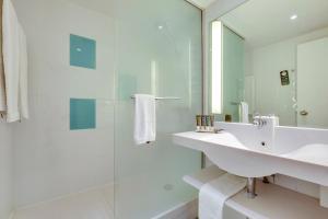 A bathroom at Novotel Breda
