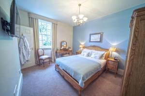 A bed or beds in a room at Catthorpe Manor Estate